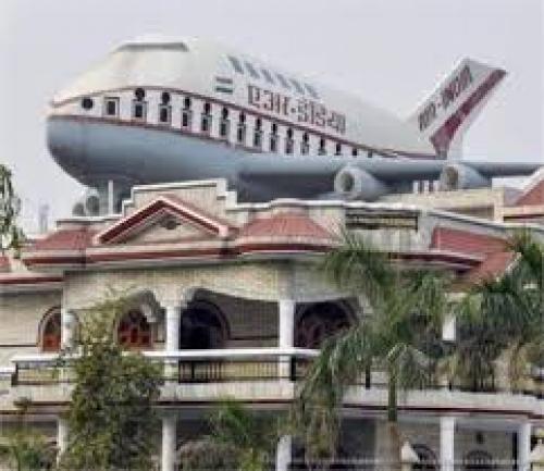देश का एक ऐसा गाँव जहां घर की छत पर खड़ा होता है हवाईजहाज़