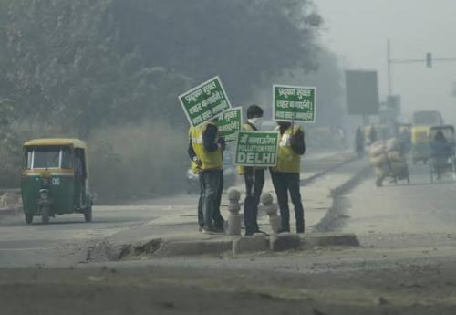 दिल्ली में धुएँ के आतंक से दिल्ली छोड़ने पर मजबूर हुए लोग, फ्लाइट्स इस कदर हो रही हैं प्रभावित