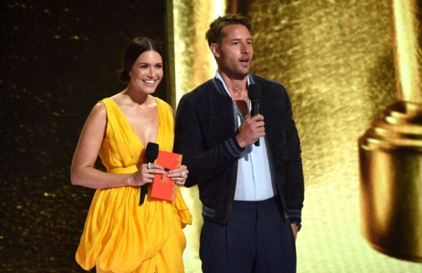 mandy moore and justin hartley present an award